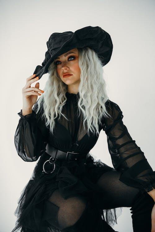 Mulher Posando Com Fantasia De Bruxa Negra