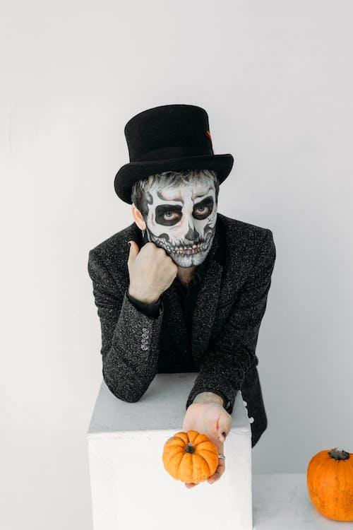 Mann Im Schwarzen Anzug Mit Gruseligem Gesicht