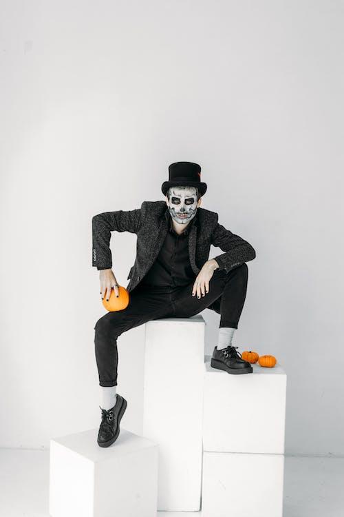Homme En Costume Noir Avec Une Citrouille