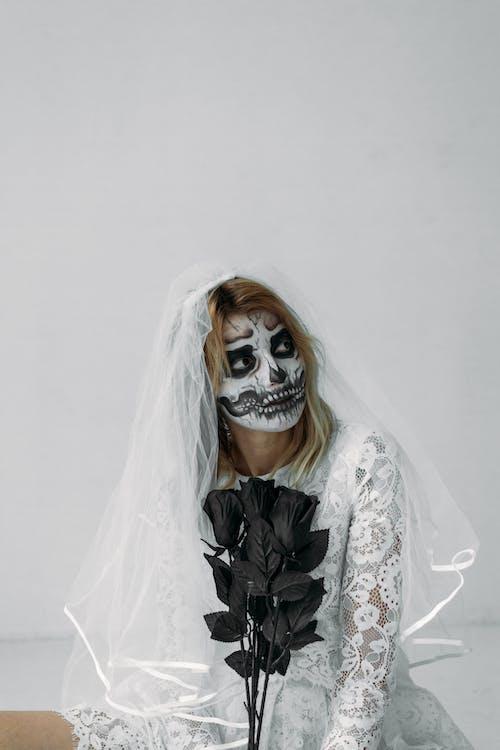 Femme En Robe De Mariée Blanche Avec Peinture Pour Le Visage
