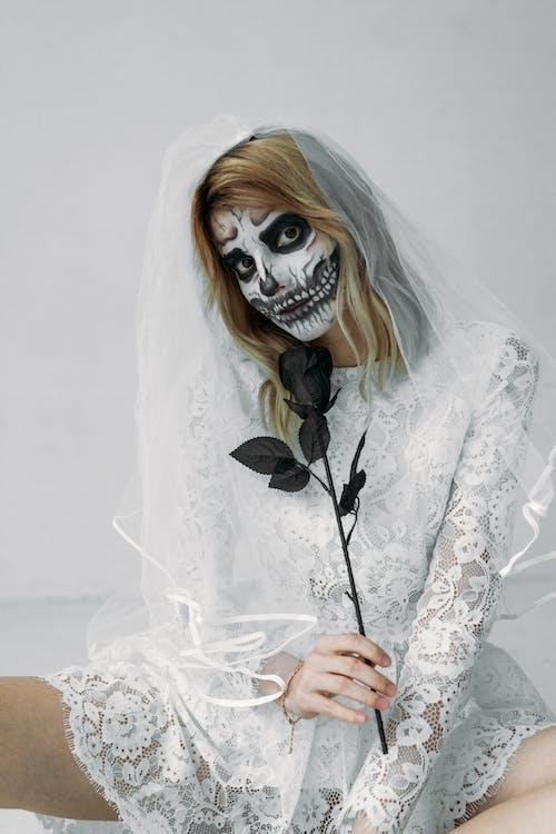 Femme En Robe En Dentelle Blanche Avec Masque Effrayant