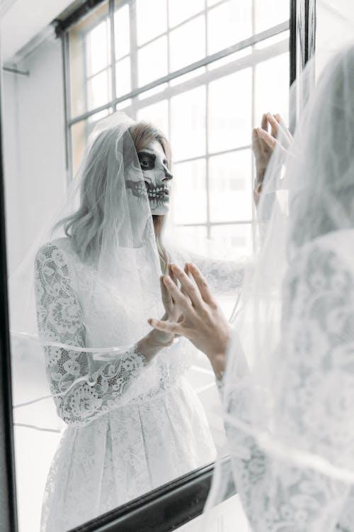 Kafatası Yüz Boyası Ile Beyaz Dantel Gelinlik Kadın