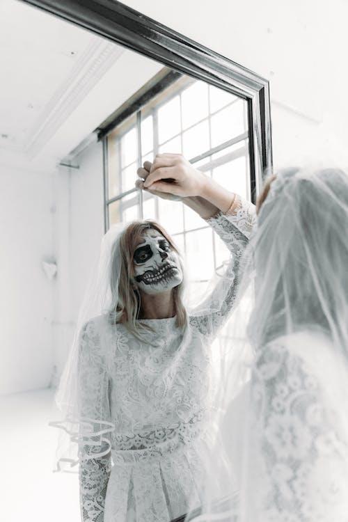 一个女人穿着婚纱与面漆的反思