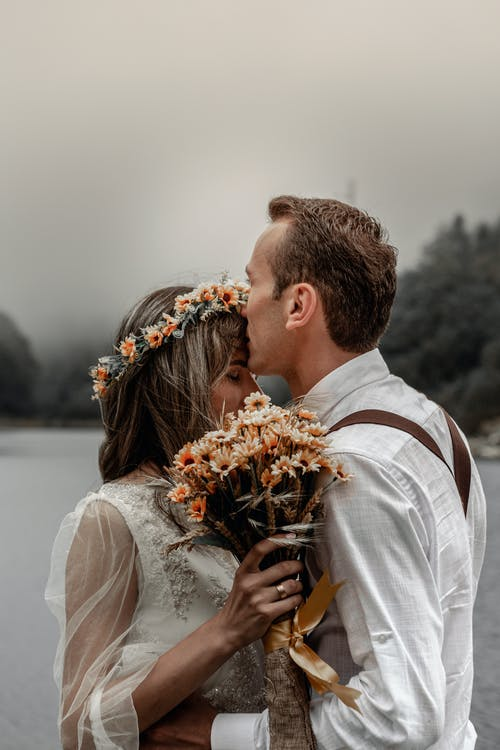 Couple Amoureux Embrassant Au Bord De La Rivière