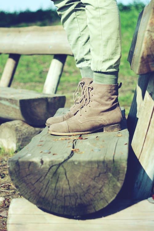 Immagine gratuita di panchina, stivali