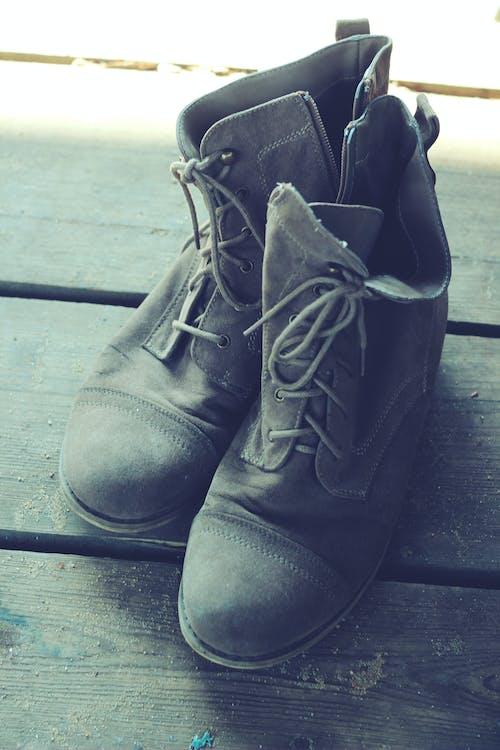 Foto profissional grátis de calçado, calçados, casal juntos, chuteiras