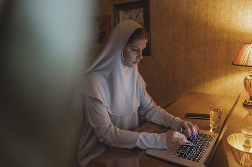 MacBook, 互聯網, 傳統服飾 的 免費圖庫相片