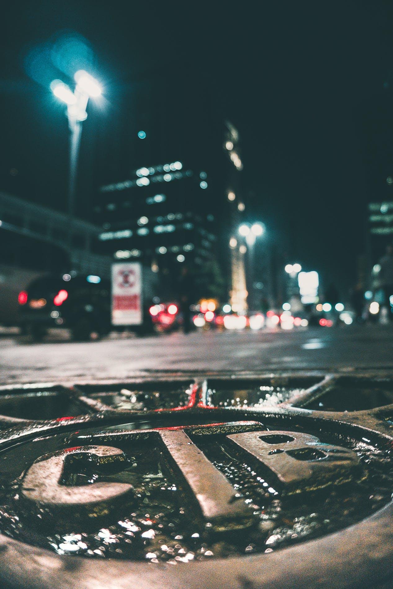 Kostenloses Stock Foto zu abend, dunkel, fahrzeuge, gebäude