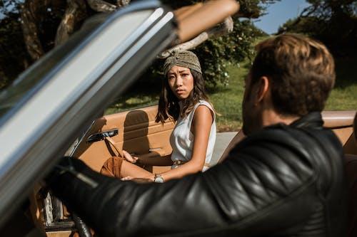Wanita Dengan Tank Top Putih Dan Celana Hitam Duduk Di Jok Mobil