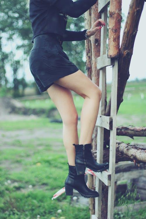 Kostnadsfri bild av ben, flicka, klättrande, kvinna