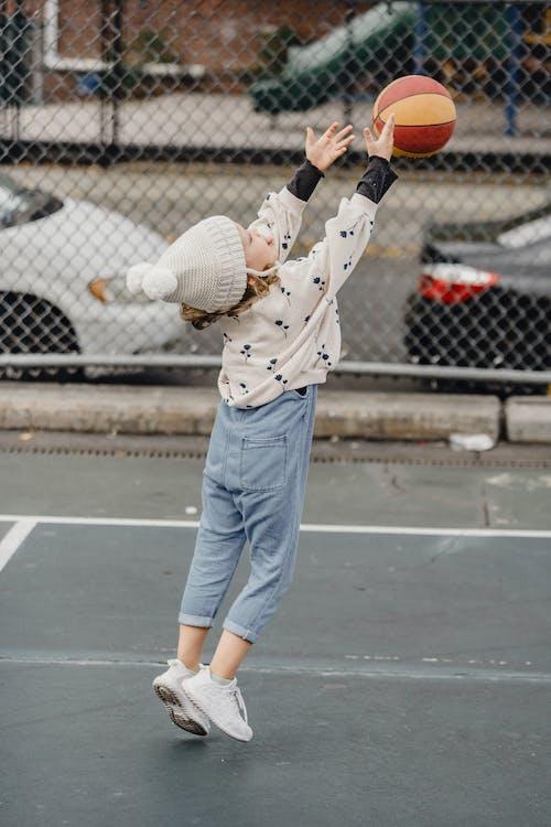 Man In Wit Overhemd En Blauwe Spijkerbroek Met Basketbal