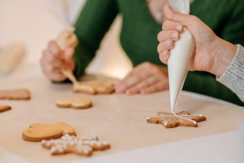 Gratis lagerfoto af ansigtsløse, bagt, bagværk, bord