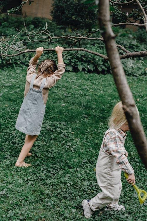 Meisje In Witte Jurk Staande Op Groen Grasveld