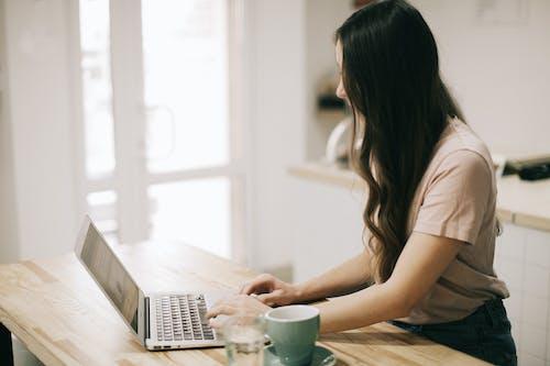 Immagine gratuita di adulto, caffè, computer, concentrazione