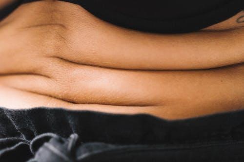 Люди ноги на черном текстиле