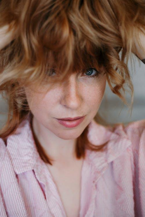 粉色和白色條紋襯衫的女人