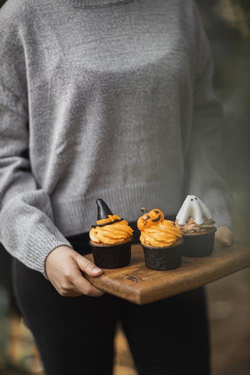 Kostenloses Stock Foto zu cupcakes, dessert, essen, frau