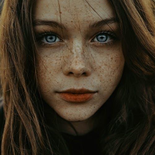 Fotobanka sbezplatnými fotkami na tému atraktívny, bruneta, červené pery, dáma