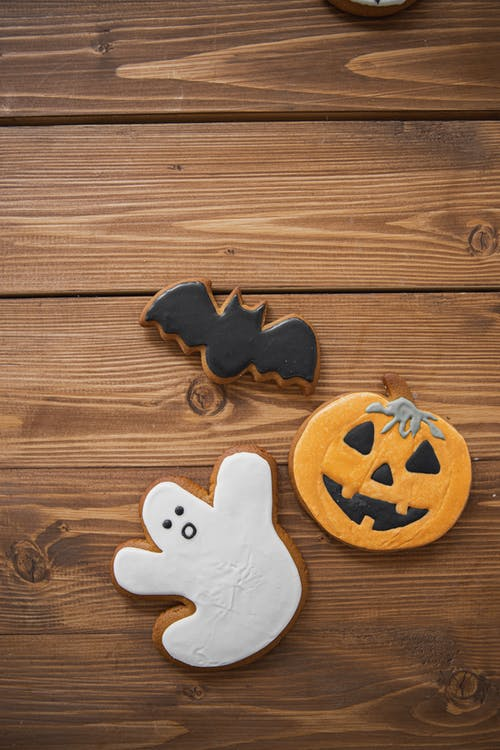 Darmowe zdjęcie z galerii z ciasteczka na halloween, ciastka, deser, drewniany