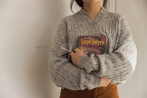 Frau Im Grauen Pullover, Der Ein Buch Hält