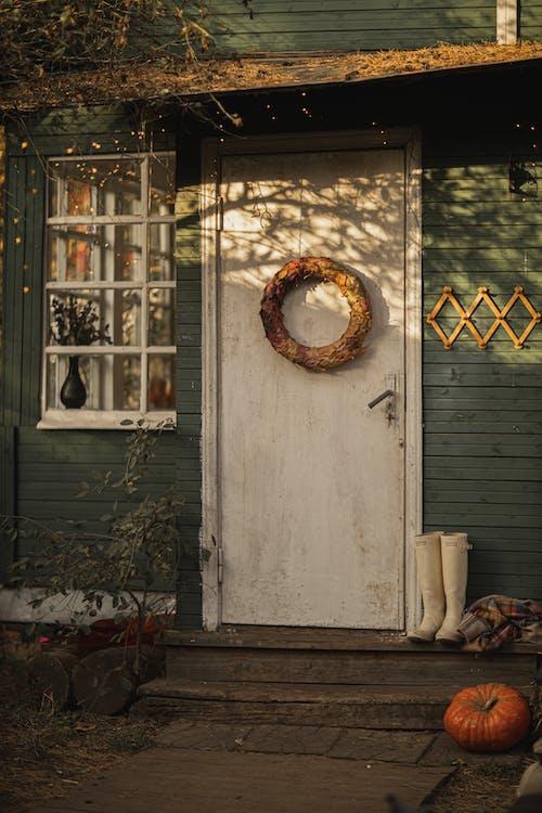 Pintu Kayu Putih Dengan Karangan Bunga