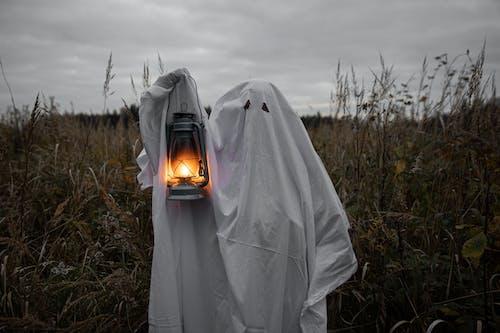 Persona En Traje De Fantasma Sosteniendo Una Linterna