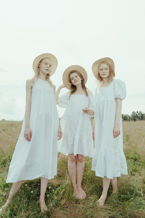 Бесплатное стоковое фото с белое платье, близость, босиком