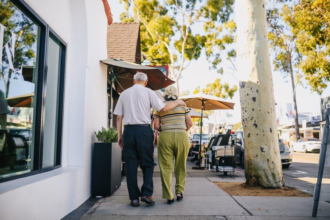 通りを歩く老夫婦