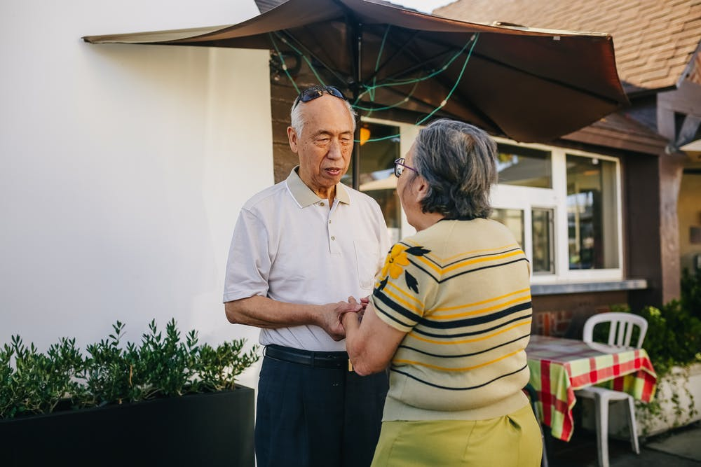 Old couple seriously talking to each other.   Photo: Pexels
