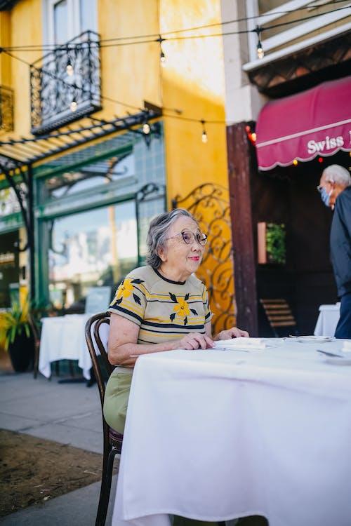 Anciana Esperando Su Orden