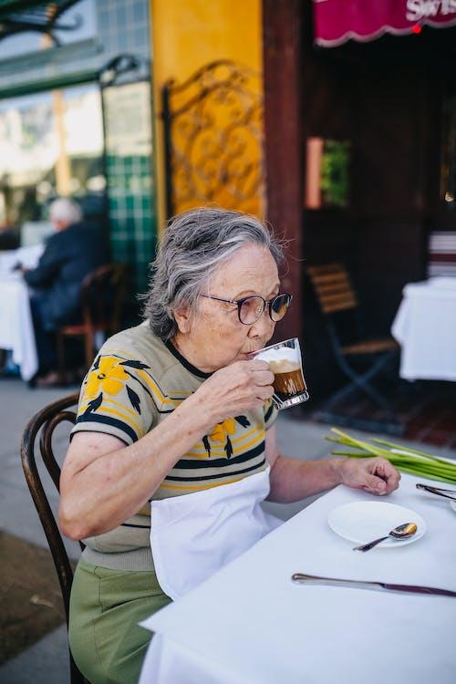 Anciana Bebiendo Café