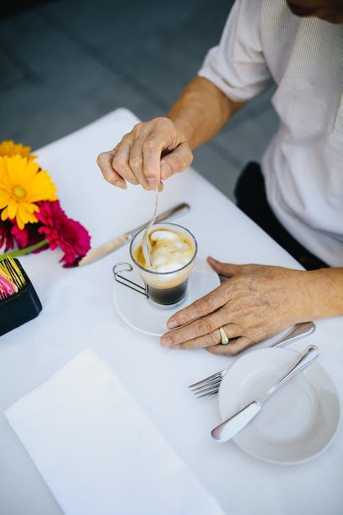 Persona Revolviendo Su Café