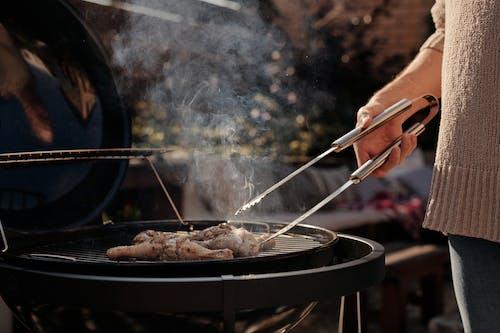 Orang Yang Memegang Garpu Stainless Steel Dan Pisau Mengiris Daging Di Wajan Bulat Hitam