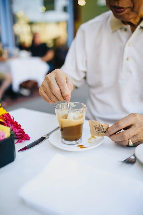 Persona Che Tiene Un Bicchiere Trasparente Con Caffè
