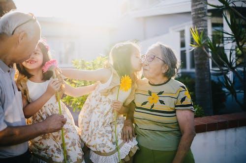Netos Beijando Seus Avós