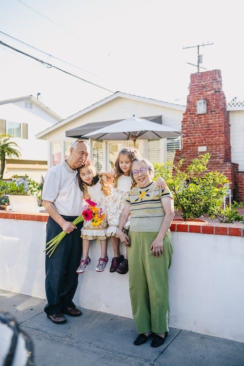 Avós Com Seus Netos