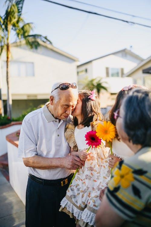 Meninas Beijando Seus Lindos Avós