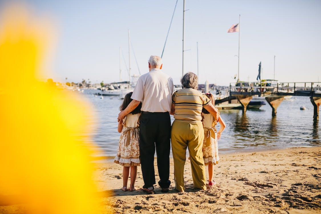 Avós Com Suas Netas Em Pé Na Costa