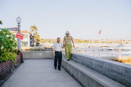 Uomo E Donna Che Cammina Sul Banco Di Cemento Grigio