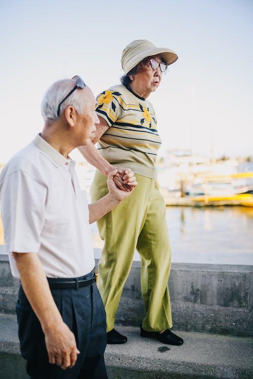 Pasangan Lansia Berjalan Di Teluk