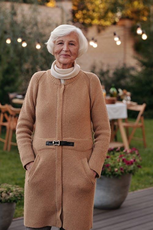 Donna Anziana In Piedi In Giardino