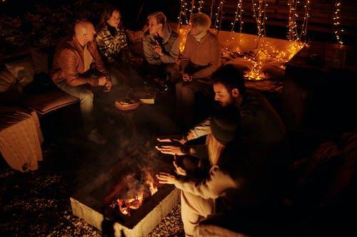 Pessoas Relaxando Ao Redor Do Fogo No Quintal à Noite