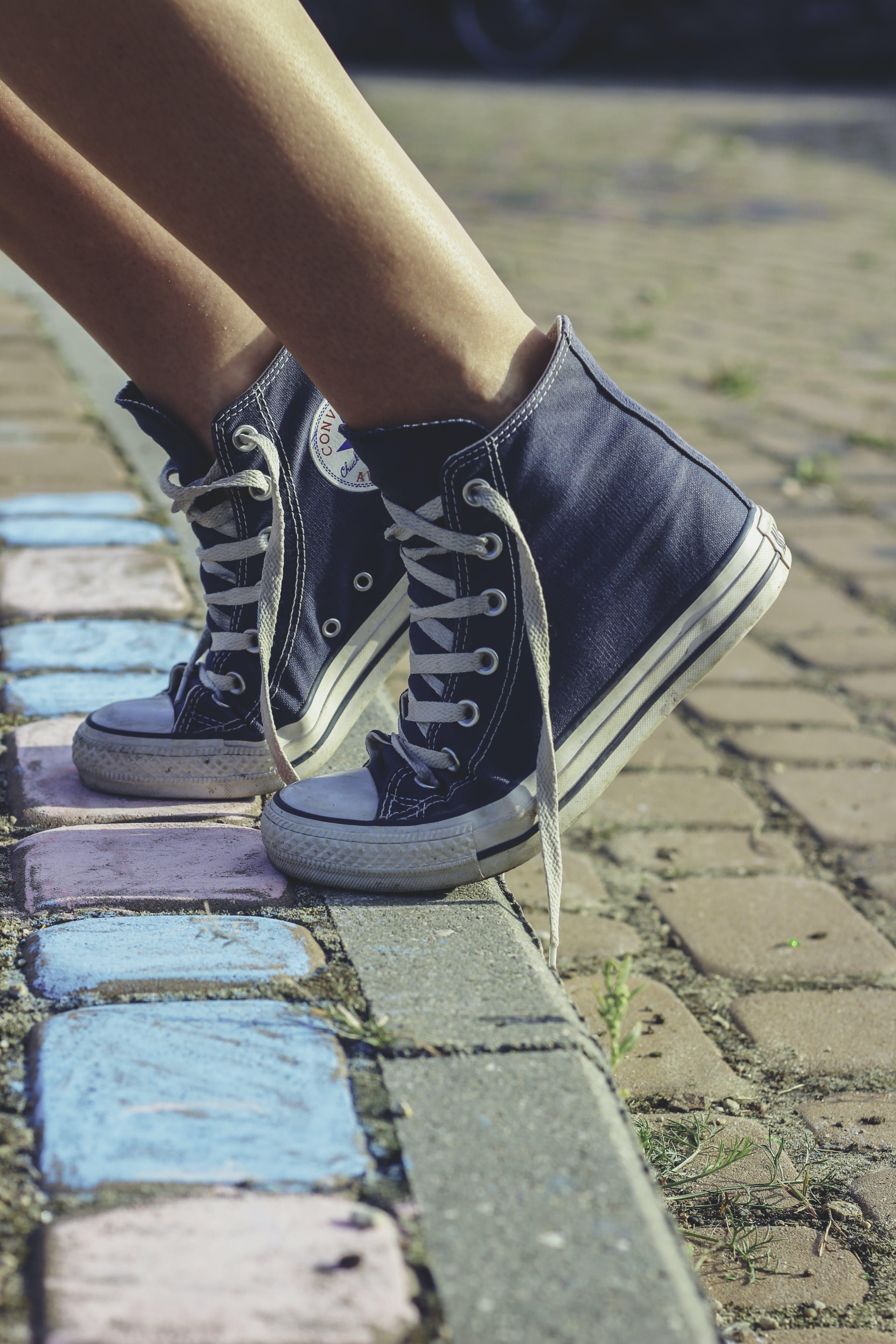 Kostenloses Stock Foto zu gegenteilig, schuhe, sneakers