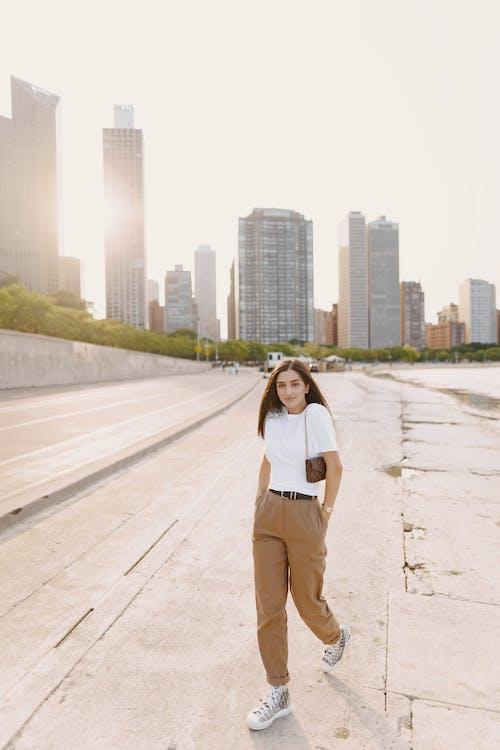 Gratis stockfoto met aantrekkelijk mooi, architectuur, bedrijf, binnenstad