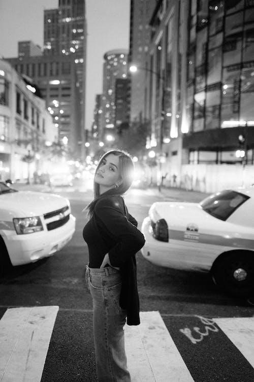 Безкоштовне стокове фото на тему «автомобіль, Вулиця, Дівчина, дорога»