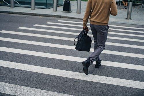 Foto d'estoc gratuïta de adult, anar de casa a la feina, anar de la feina a casa, anònim