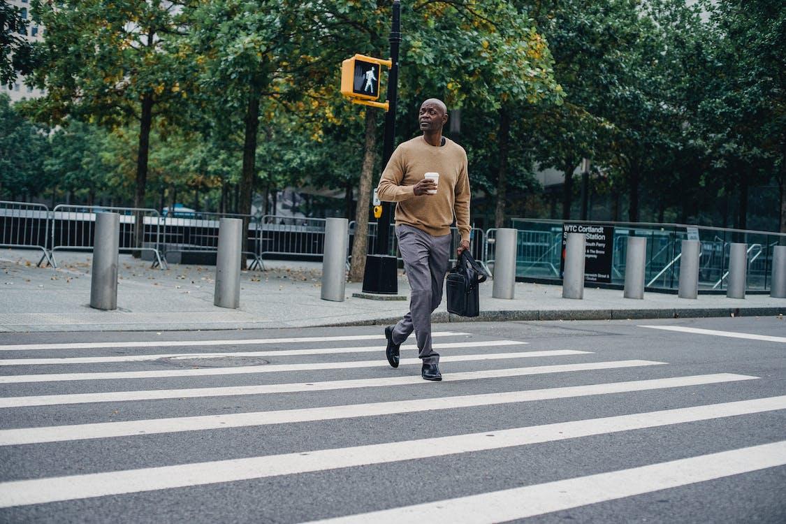 Homem Negro Caminhando Na Faixa De Pedestres