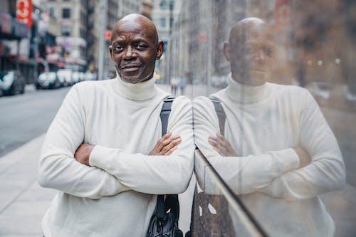Hombre Seguro Negro Apoyado En La Pared