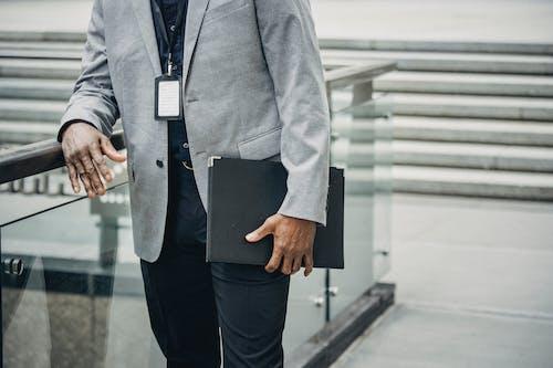 Gesichtsloser Schwarzer Geschäftsmann, Der Papierkoffer Trägt