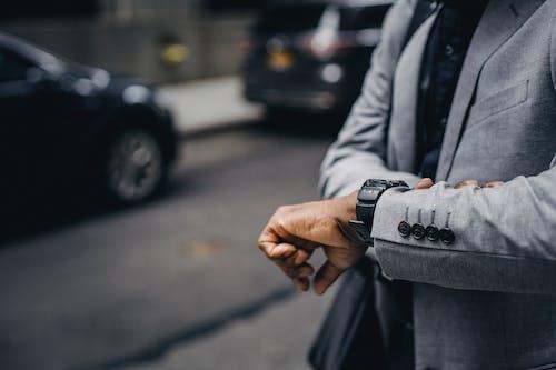 看著手錶的不露面非洲裔美國企業家